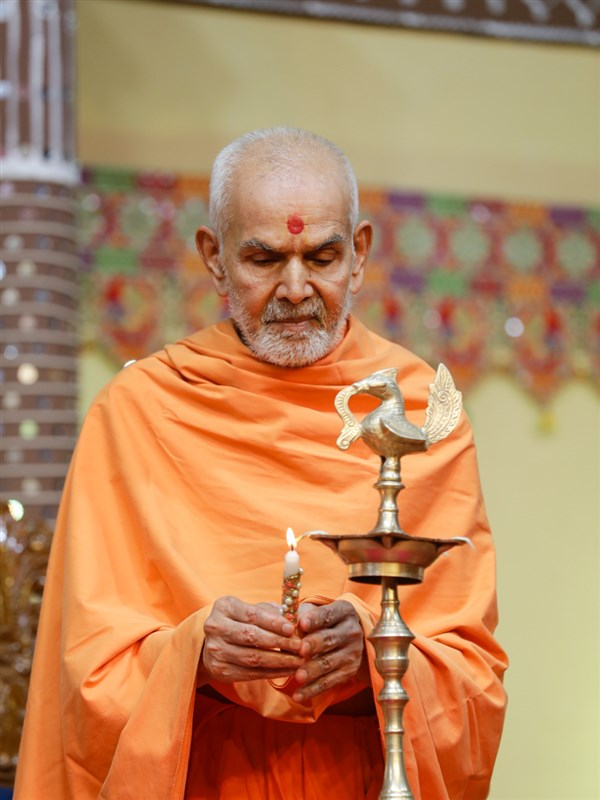 Swamishri lights the divo