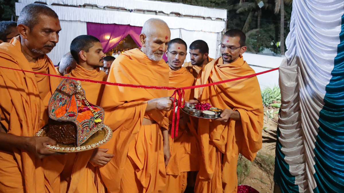 Swamishri inaugurates a new building