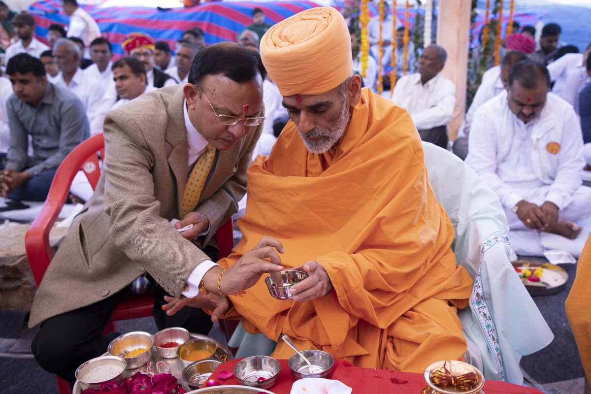 Anandswarup Swami and High Court Justice Shri Vinit Mathur perform the shilanyas rituals