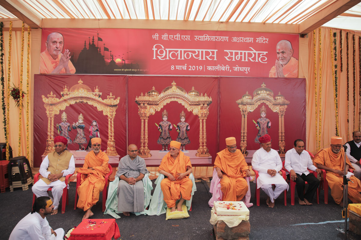 Pujya Ishwarcharan Swami and invited guests during the shilanyas ceremony assembly