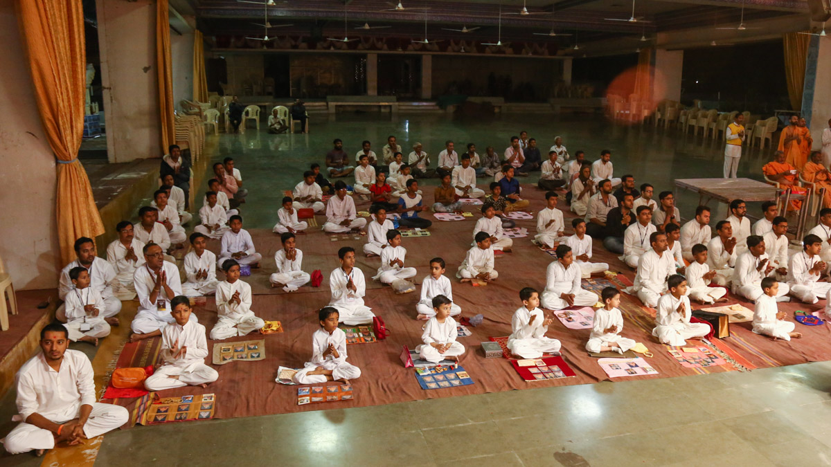 Children perform samuh puja