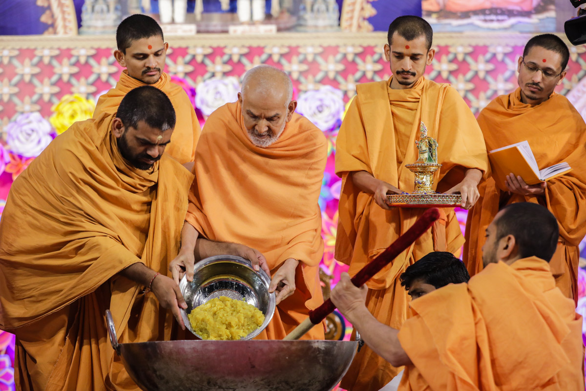 Swamishri adds ingredients to prepare shiro