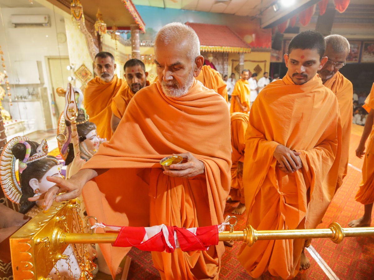 Swamishri performs pujan of flagstaffs