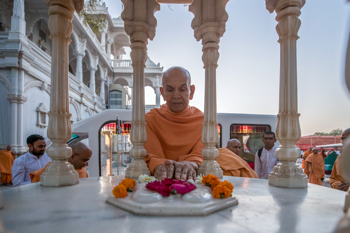 Swamishri engrossed in darshan of holy charnarvind of Bhagwan Swaminarayan
