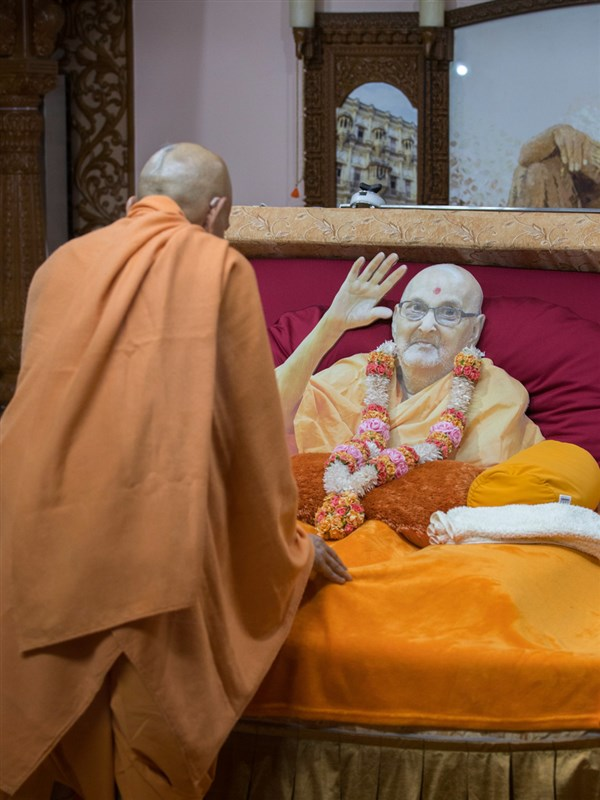 Swamishri doing darshan in Brahmaswarup Pramukh Swami Maharaj's room