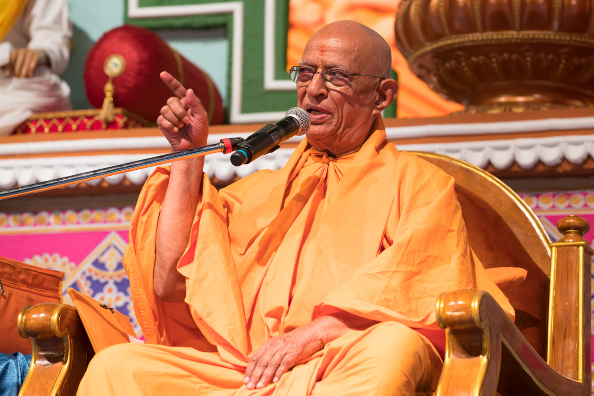 Pujya Swayamprakash Swami (Doctor Swami) addresses the assembly