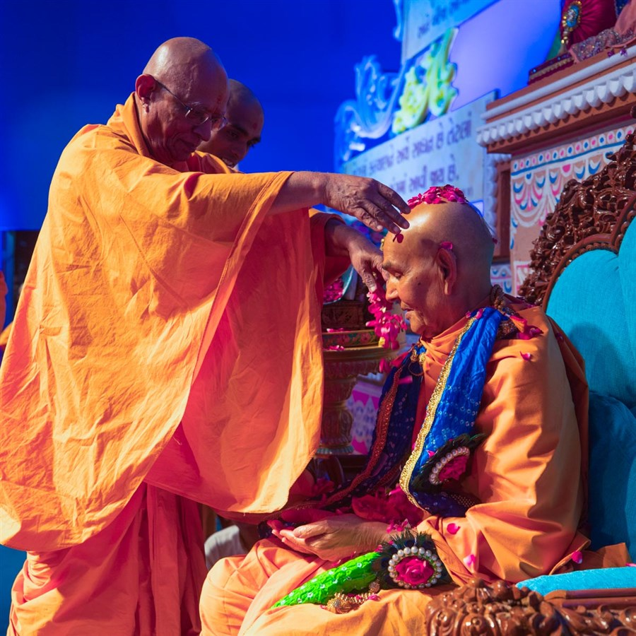 Pujya Doctor Swami showers flower petals on Swamishri