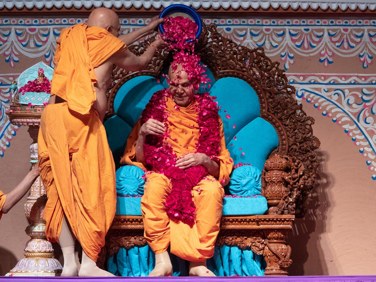 Pujya Tyagvallabh Swami showers flower petals on Swamishri