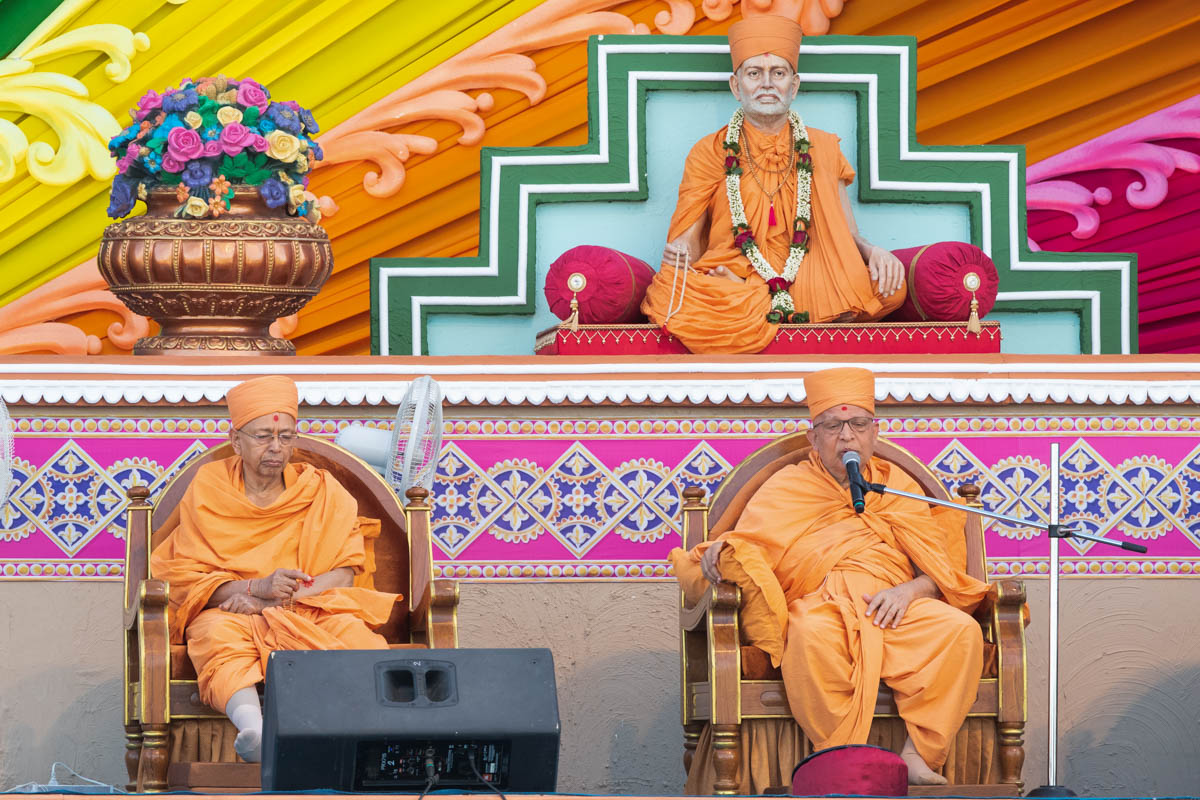 Ghanshyamcharan Swami addresses the assembly