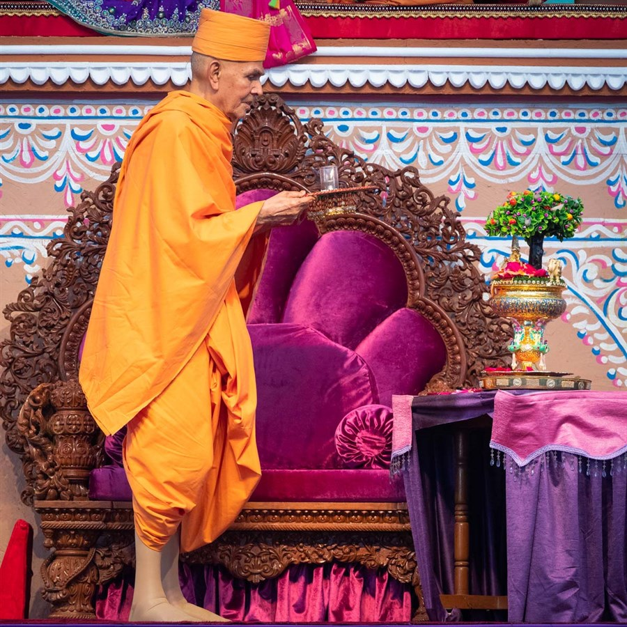 Swamishri performs the arti