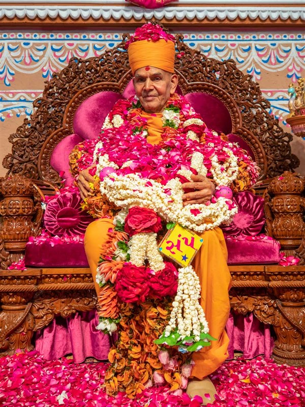 Swamishri honored with garlands