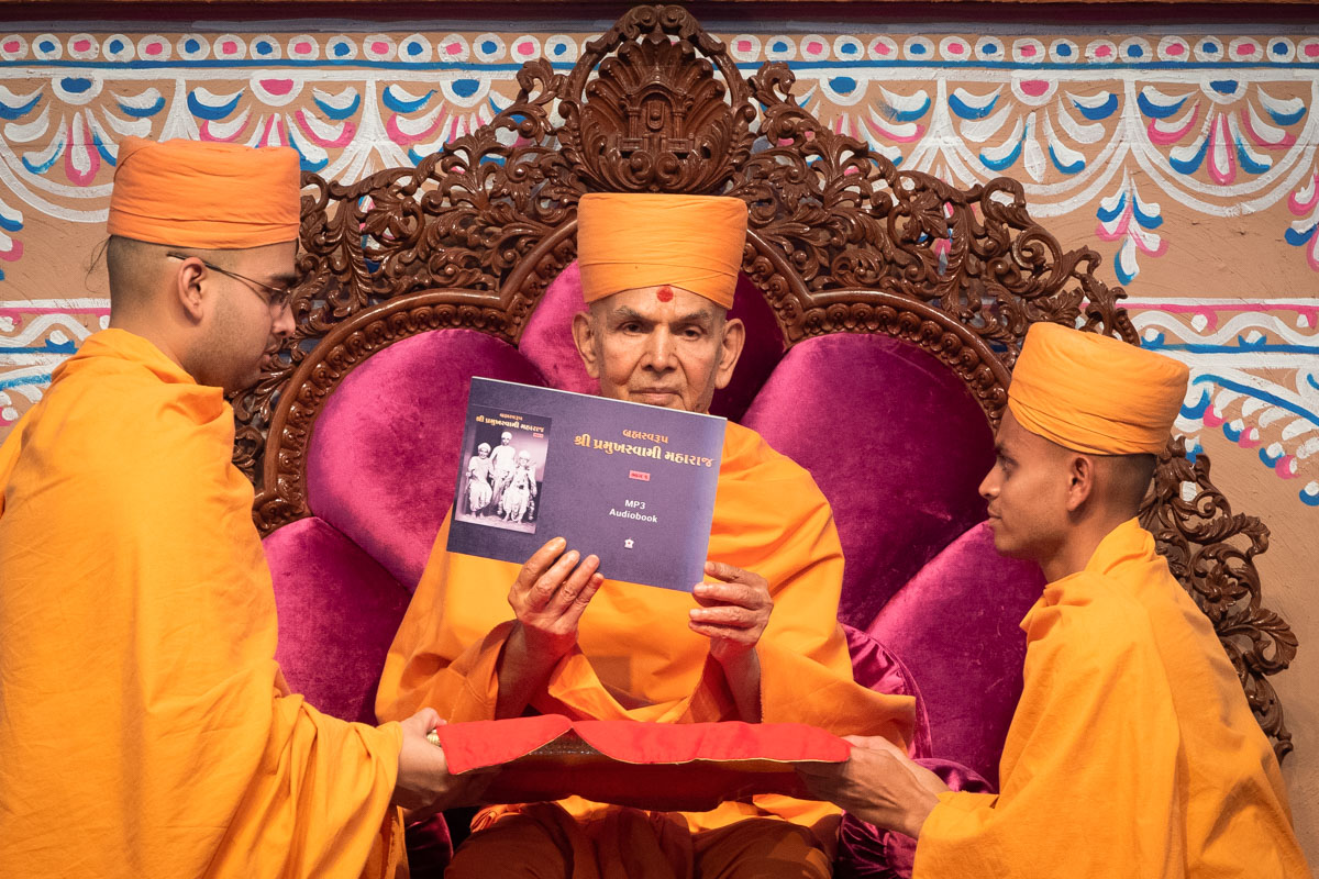 Swamishri inaugurates audiobook of<a href='https://www.baps.org/PramukhSwamiMaharaj/Jivan-Chartira-Part-1-Audio-Book.aspx' target='blank' style='text-decoration:underline; color:blue;' > Brahmaswarup Pramukh Swami Maharaj Jivan Charitra, Part 1</a>