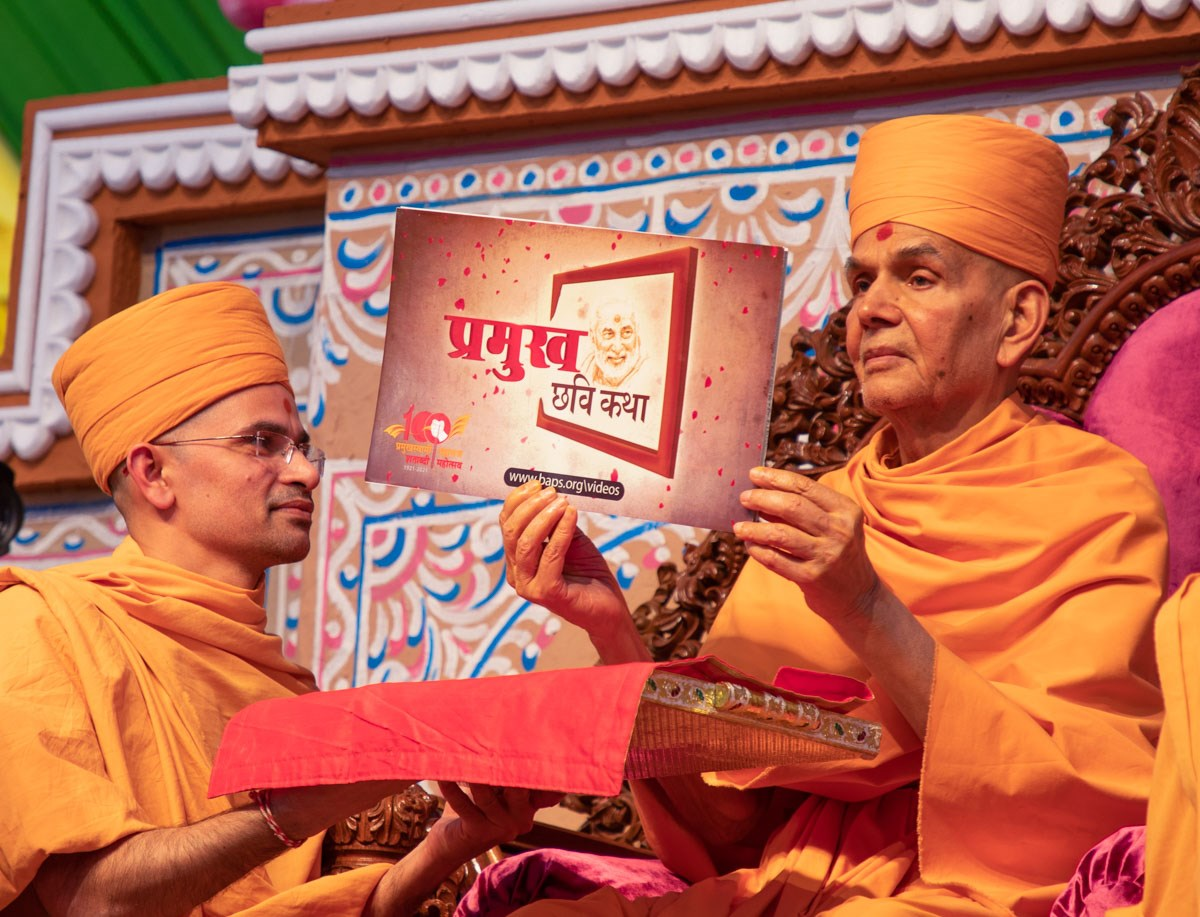 Swamishri inaugurates a new weekly series of videos on the BAPS website <a href='https://www.baps.org/Video/2019/Pramukh-Swami-Maharaj-Photo-Story-1-Badtar-Bane-Bahetar-15204.aspx' target='blank' style='text-decoration:underline; color:blue;'>'Pramukh Swami Maharaj Photo Story'</a>