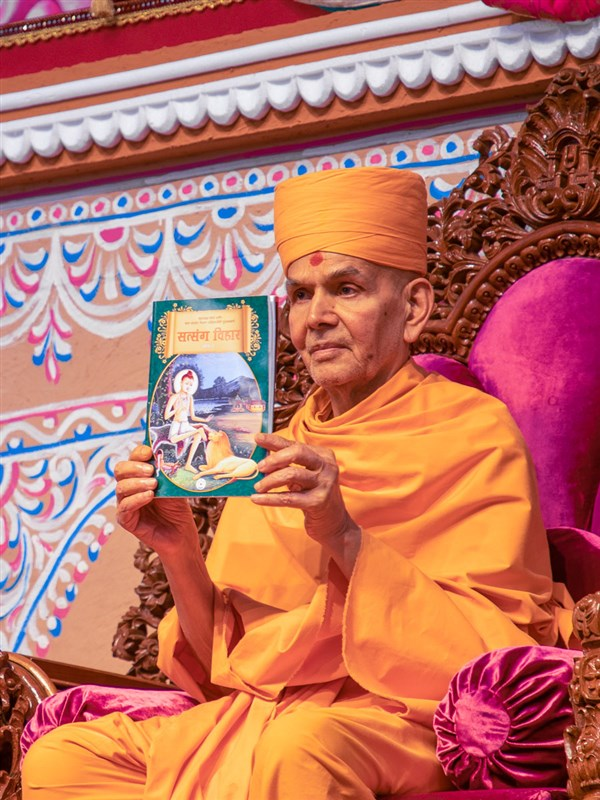 Swamishri inaugurates a print publication for children 'Satsang Vihar, Part 2' (Marathi edition)