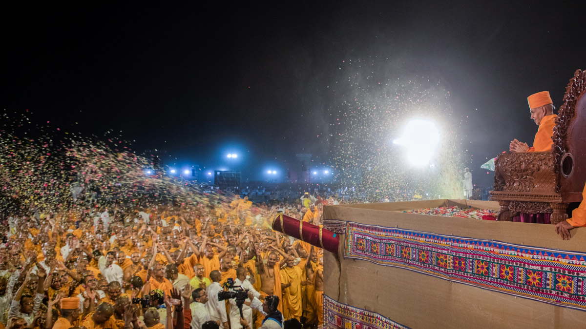 Sadhus joyously doing darshan of Swamishri