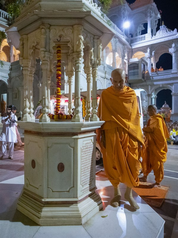 Swamishri performs pradakshina of holy charanarvind of Bhagwan Swaminarayan in the mandir grounds