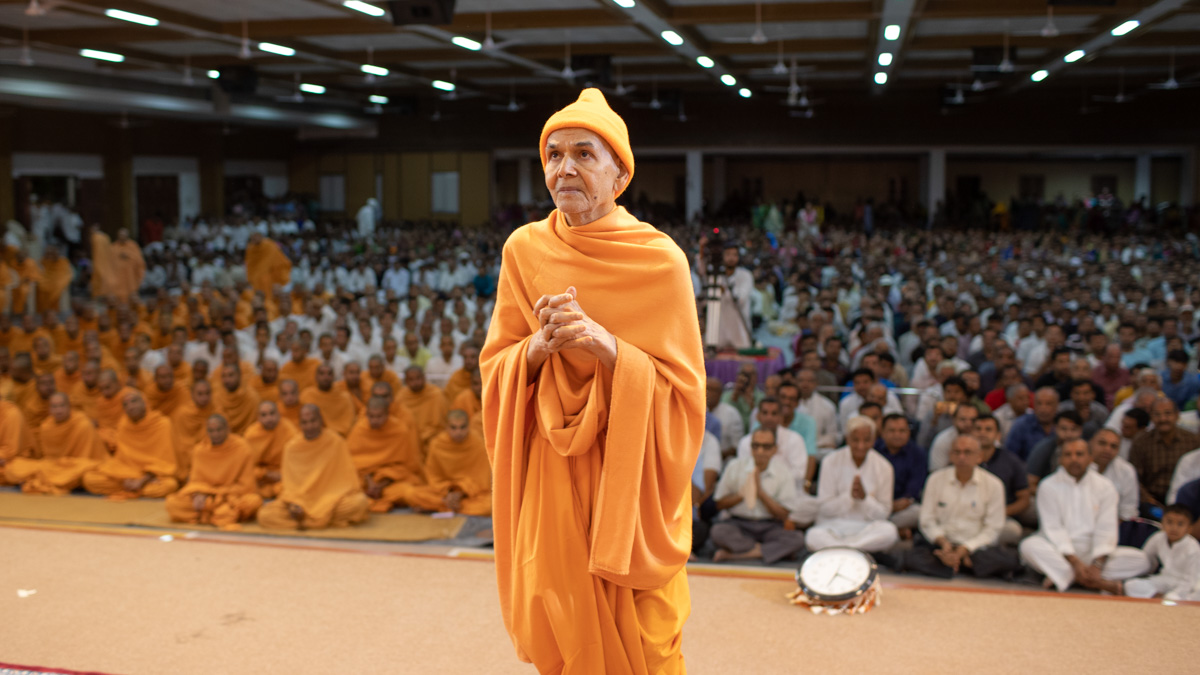 Swamishri engrossed in the darshan of Thakorji in the assembly hall