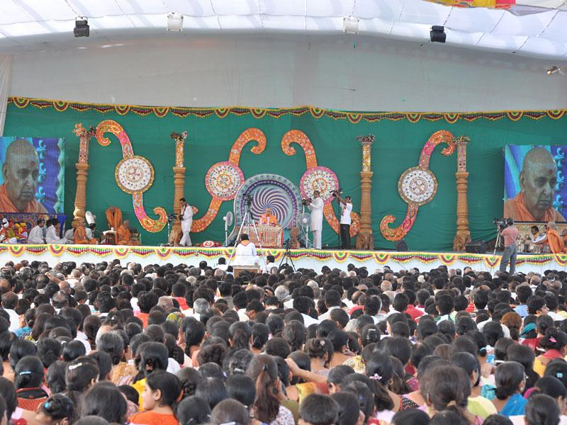 Thousands of devotees attended Swamishri's morning puja