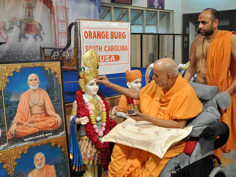 Swamishri performs murti-pratishtha rituals for new BAPS hari mandir at Orangeburg, USA