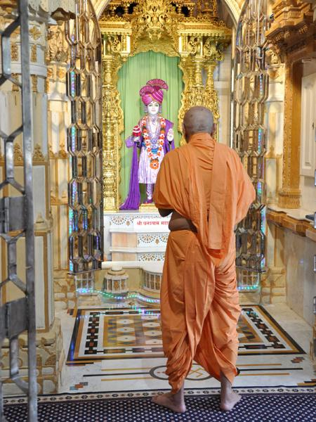 Swamishri engaged in darshan of Shri Ghanshyam Maharaj