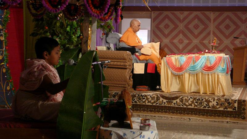 Bal parayan during Swamishri's morning puja
