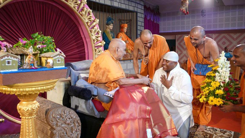 Swamishri blesses renowned percussion maestro