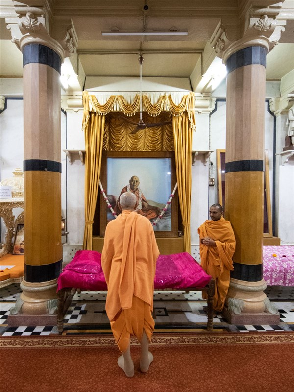 Swamishri engrossed in the darshan of Brahmaswarup Shastriji Maharaj in the Rang Mandap