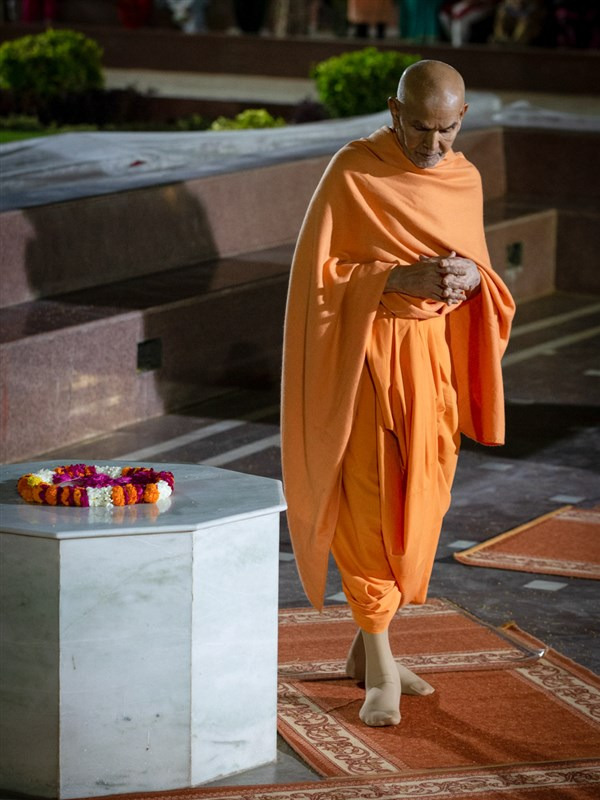 Swamishri performs pradakshina of holy charnarvind of Bhagwan Swaminarayan