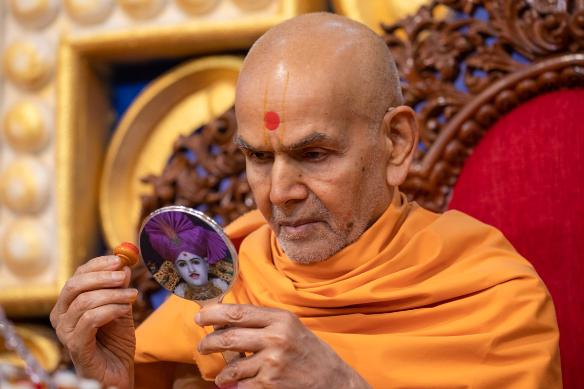 Swamishri applied chandlo on his forehead