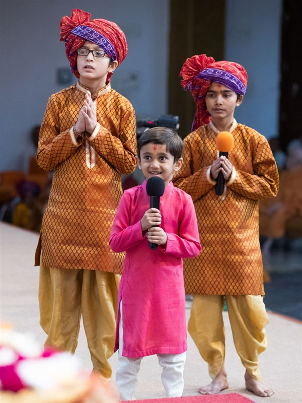Children recite scriptural passages in Swamishri's puja