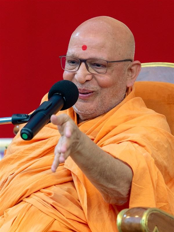 Pujya Ghanshyamcharan Swami addresses the assembly