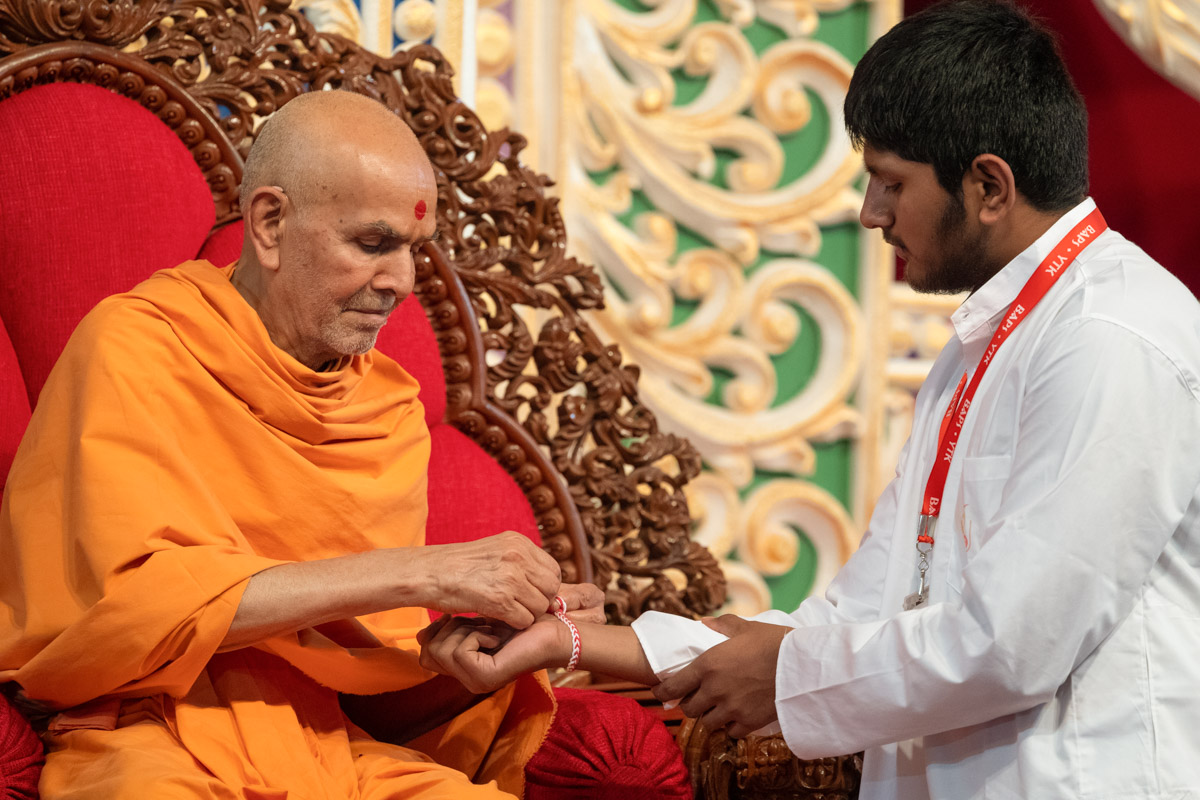 Swamishri ties nadachhadi to a youth