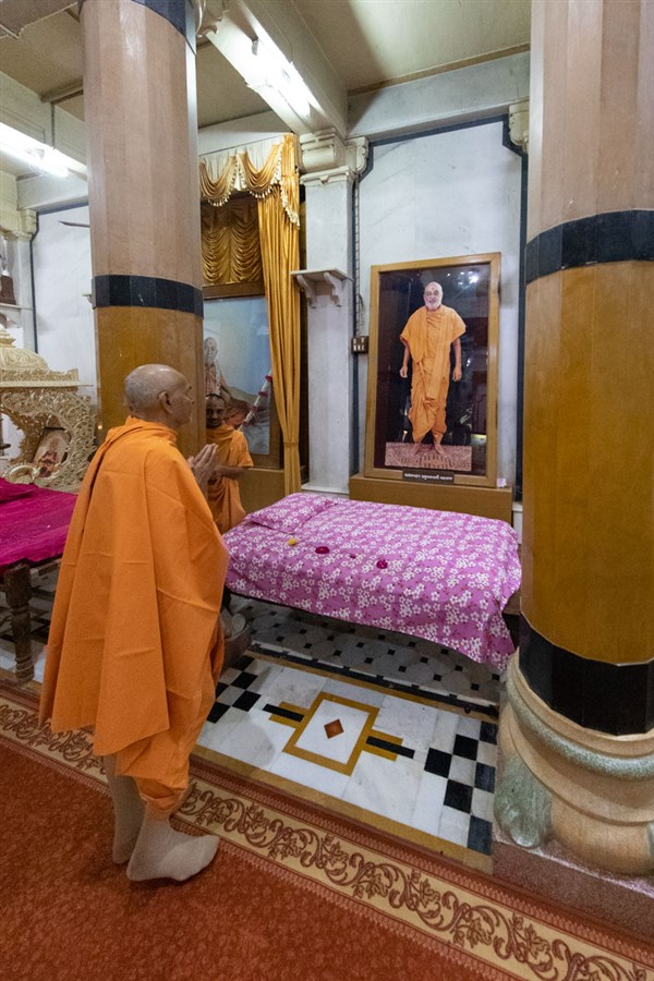 Swamishri engrossed in the darshan of Brahmaswarup Pramukh Swami Maharaj in the Rang Mandap