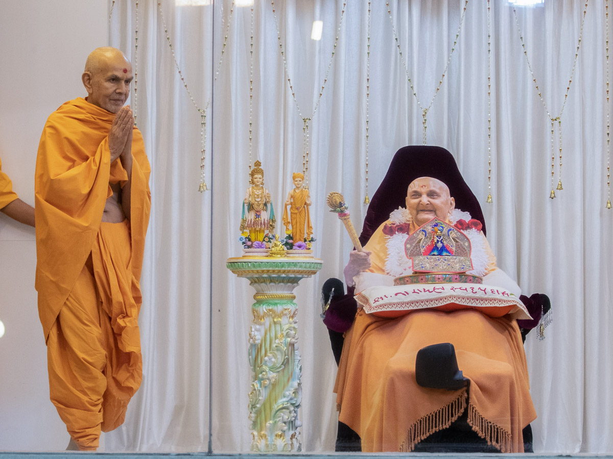 Swamishri greets everyone with folded hands at Pramukh Mandiram in the evening