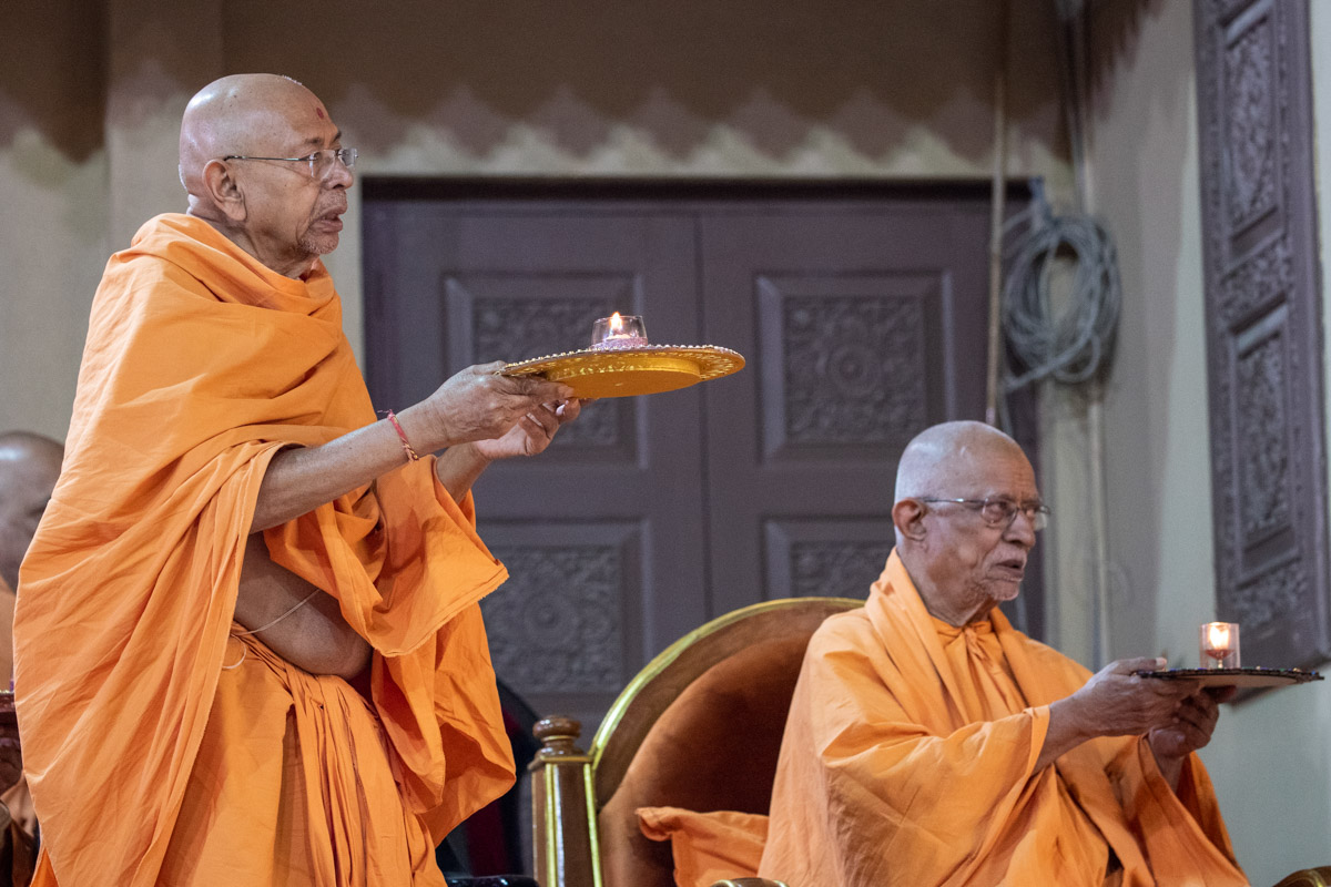Pujya Swayamprakash Swami (Doctor Swami) and Pujya Tyagvallabh Swami perform the arti
