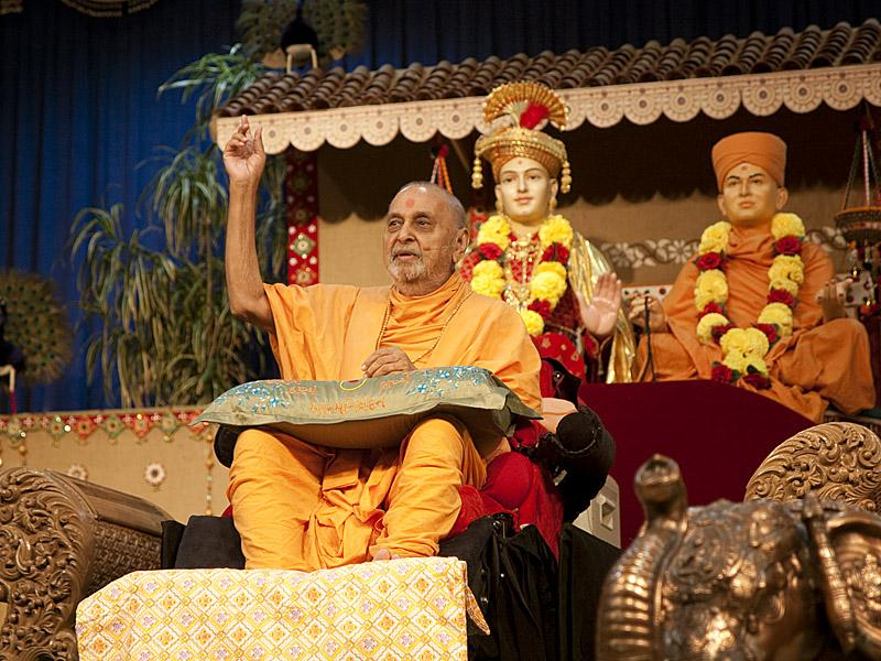 Swamishri blesses the Sunday satsang assembly