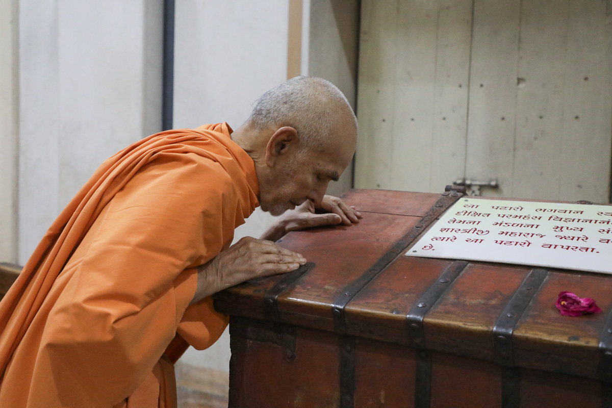 Swamishri doing darshan in the Rang Mandap
