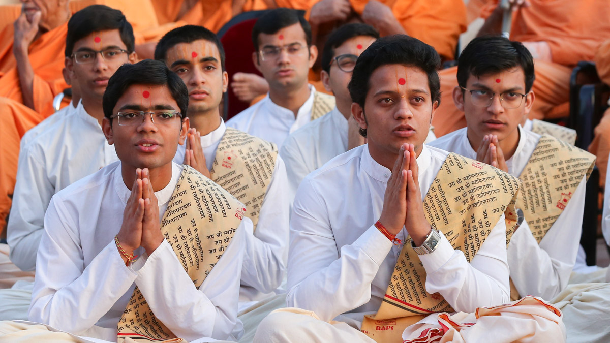Students of Swaminarayan Sanskrit Mahavidyalaya doing darshan of Swamishri