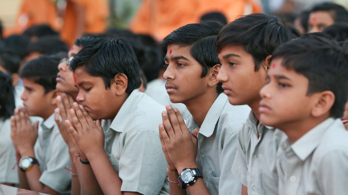 Students of BAPS Swaminarayan Vidyamandir doing darshan of Swamishri