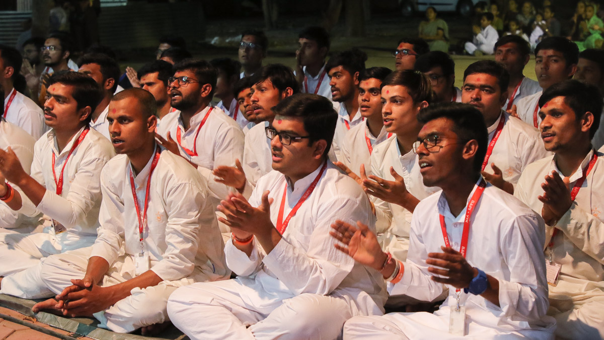 Youths of the Yuva Talim Kendra doing darshan of Swamishri