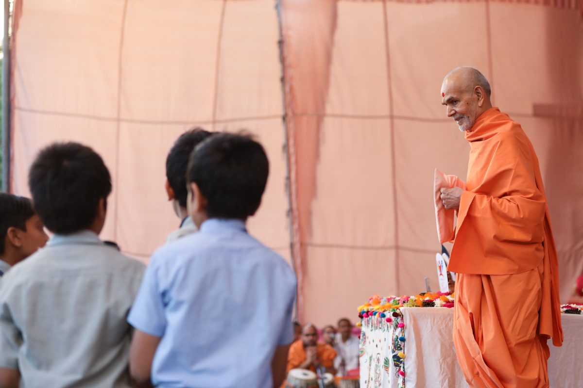 Swamishri listens to students' recitations