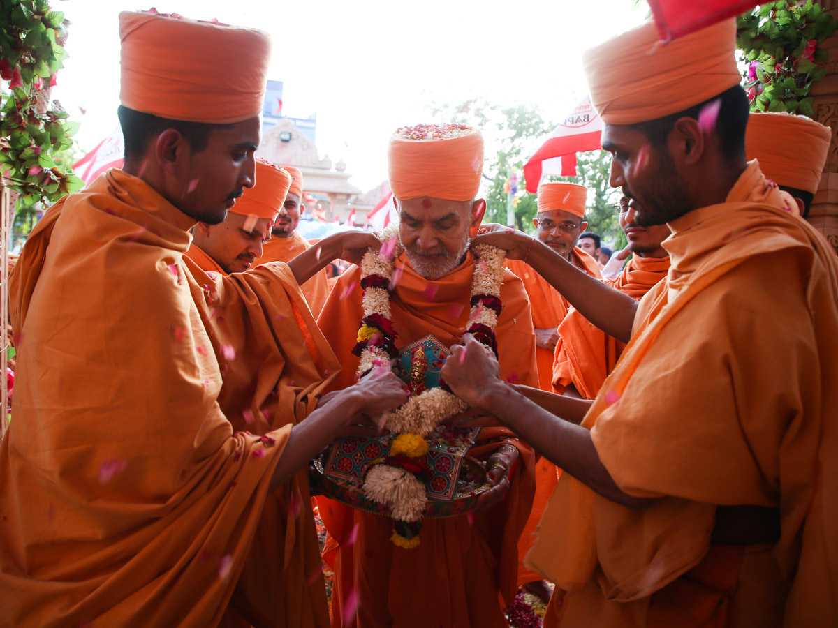 Sadhus welcomes Swamishri with a garland