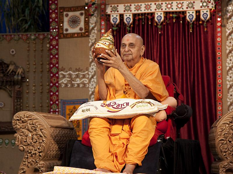 Swamishri is honored with a shawl and an auspicious kalash with niyams taken by kishore-kishoris