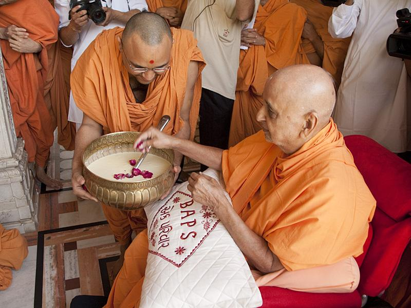 Swamishri sanctifies 'Dudhpak'