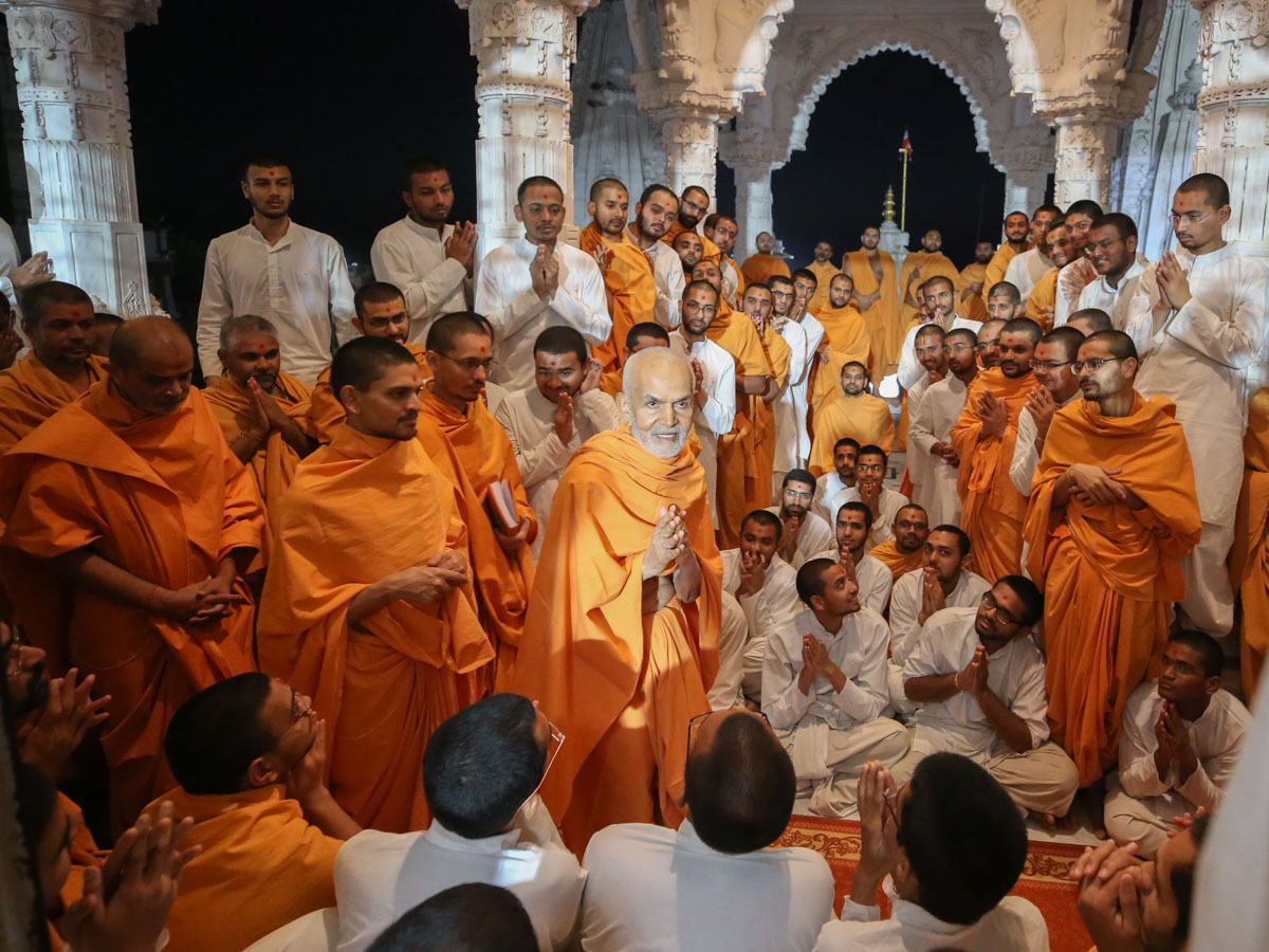 Sadhus and sadhaks doing darshan of Swamishri in the mandir pradakshina