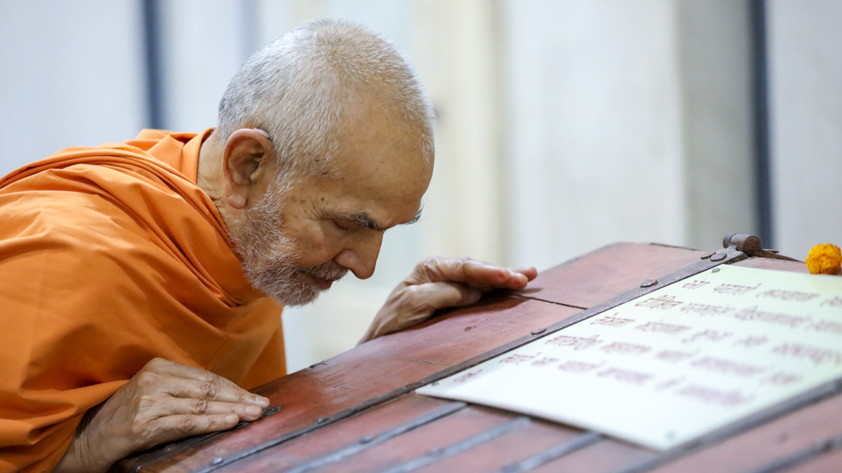 Swamishri doing darshan in the Rang Mandapam