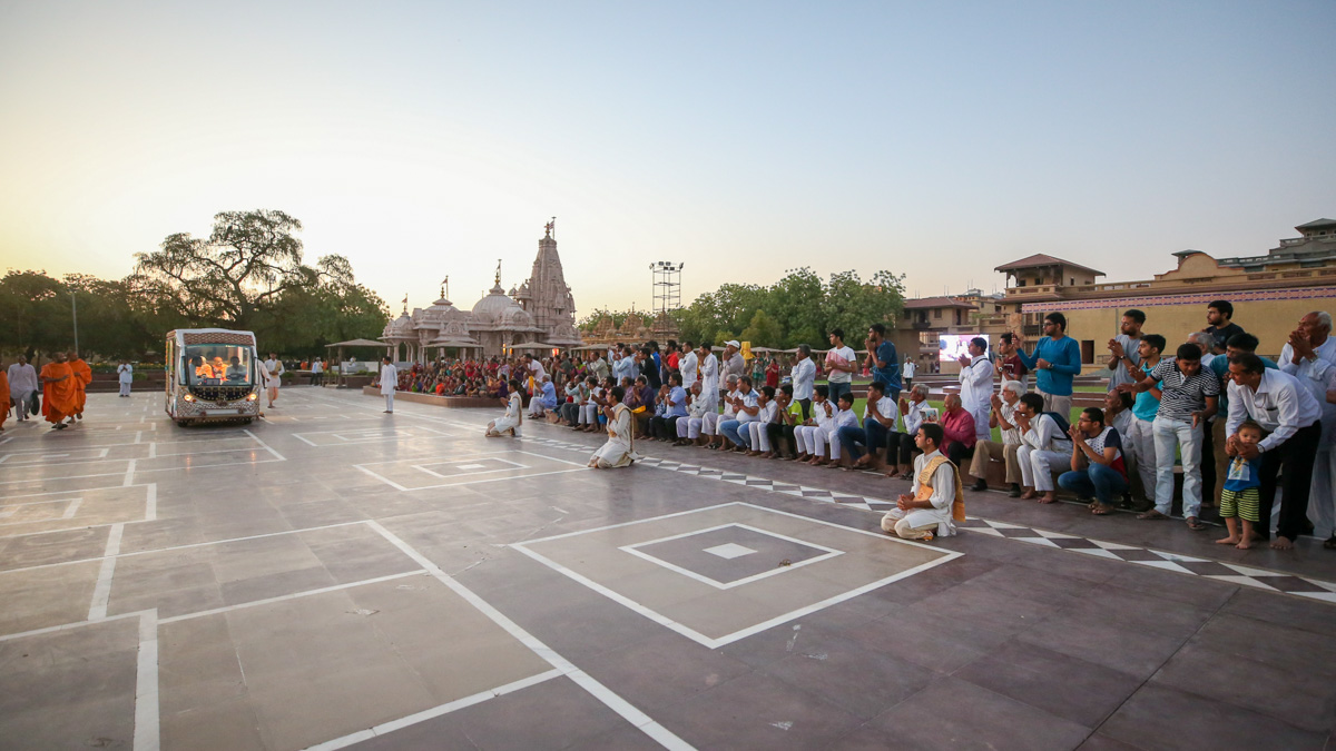 Devotees doing darshan of Swamishri in the mandir grounds