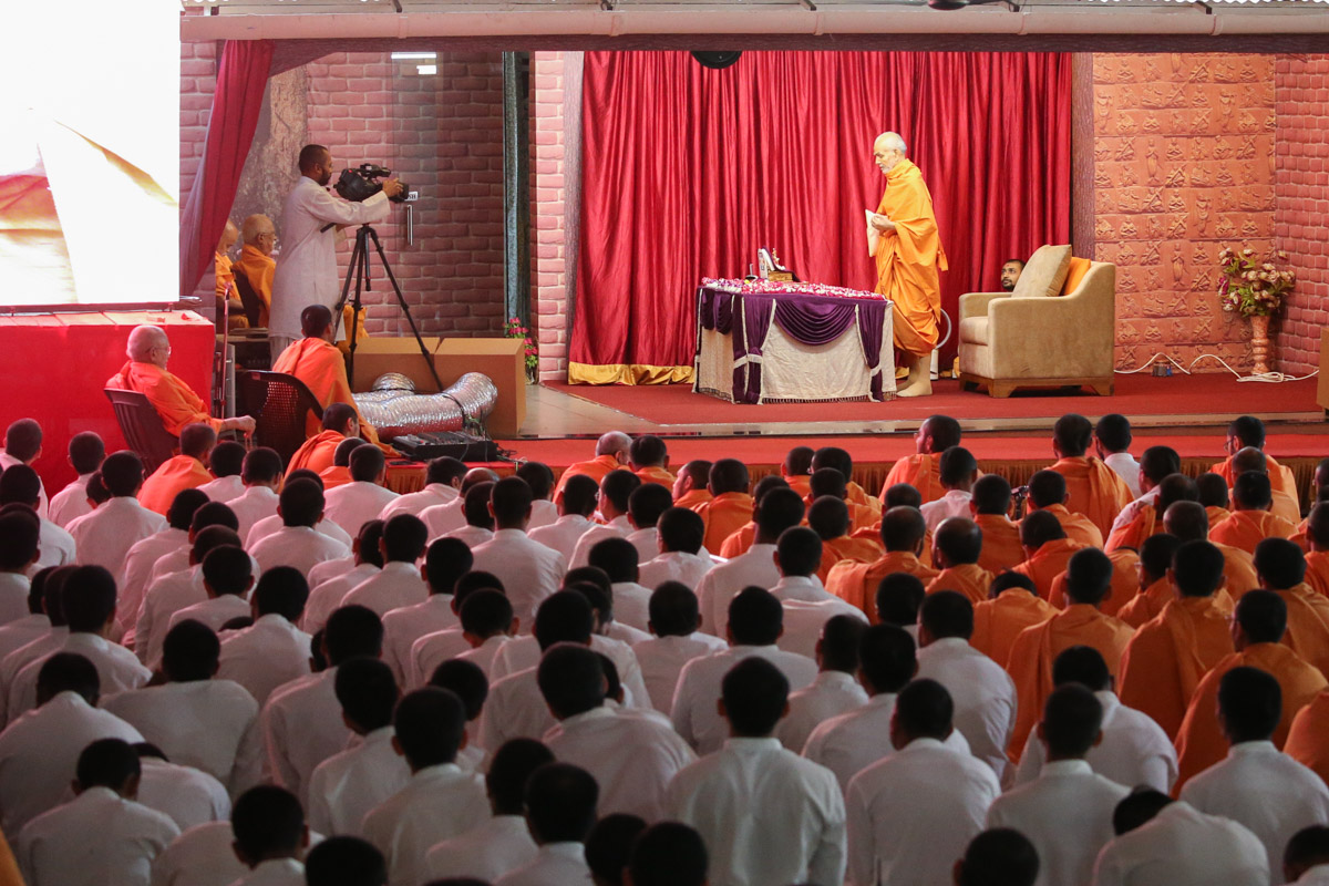 Sadhaks and sadhus doing Swamishri's puja darshan