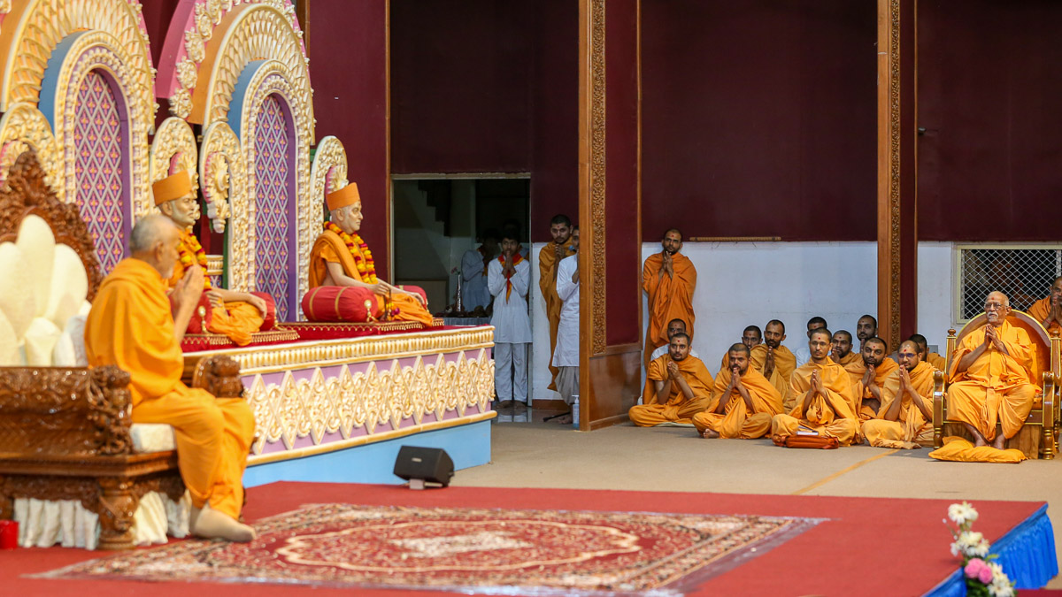 Pujya Swayamprakash Swami (Doctor Swami) and sadhus doing darshan of Swamishri