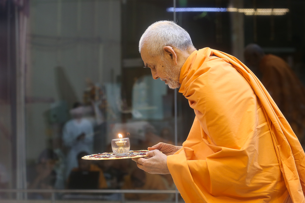 Swamishri performs the evening arti in the Pramukh Mandiram